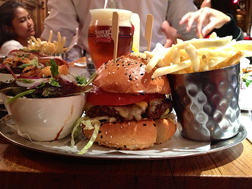 cheeseburger com batatas fritas e salada