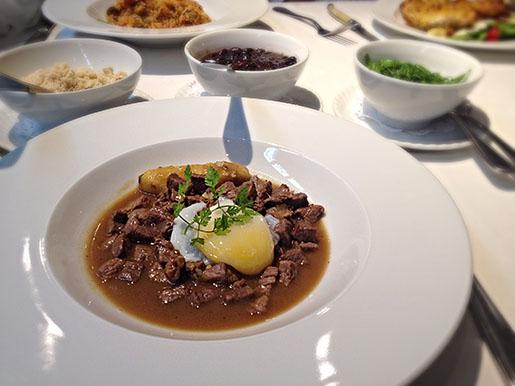 tradicional picadinho com acompnhamentos (feijão, arroz, farofa, couve)