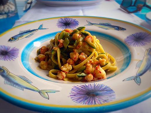 Linguini com camarão, abobrinha e folhas de anis - muito gostoso e diferente!