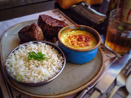 mignon com molho de cebola caramelizada com potinho cremoso de queijo da canastra e cheiro verde (R$47)