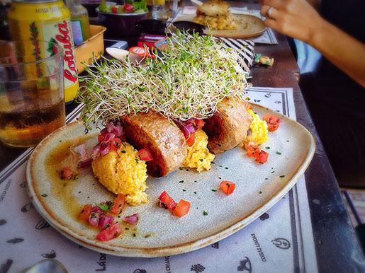 Mignon suíno com quenelle de quirera, queijo da canastra e vinagrete de hortelã (R$36)