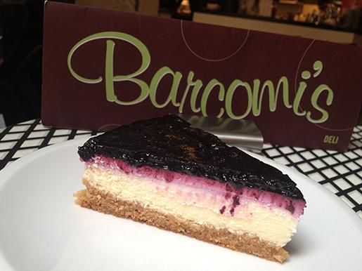 Pedaço de cheesecake de blueberry (mirtilo)
