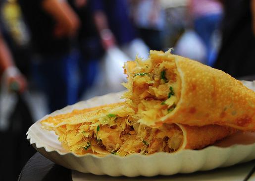 O famoso pastel de bacalhau no Mercado Municipal (Fonte: Blog Vambora)