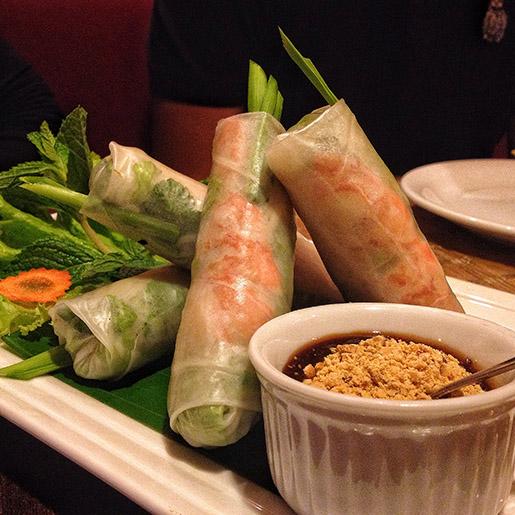 Gỏi Cuốn: uam espécie de spring roll fresco, enrolado na massa de arroz e recheado de camarão, carne suína, legumes e hortelã.