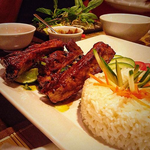 Com Surong Nuron: costelinha suína assada acompanhada de arroz e mix de salada