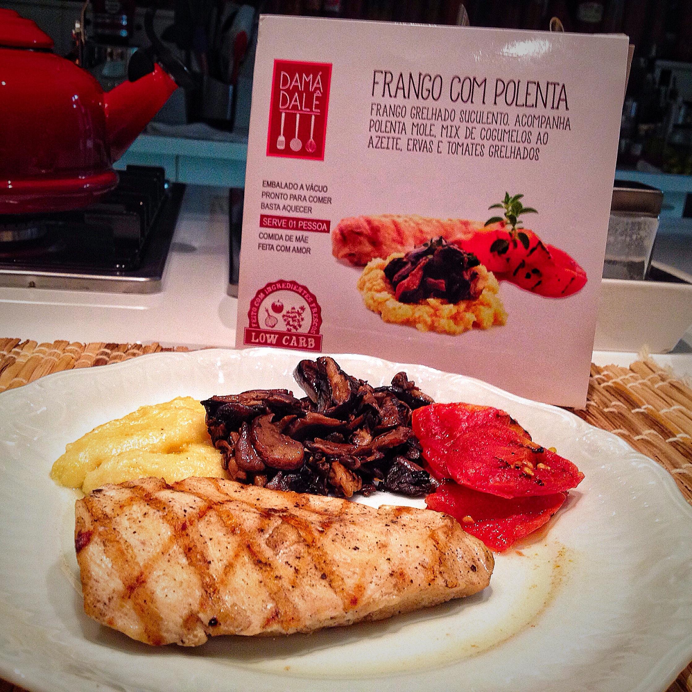 Opção Low Carb (244 kcal): Frango grelhado com polenta mole, mix de cogumelos ao azeite e ervas e tomates grelhados.