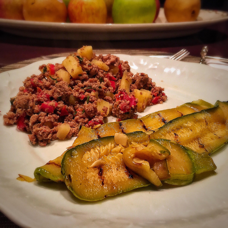 Carne Moída Tricolore: carne moída com batatas, tomates frescos e salsa acompanhada por lâminas de abobrinha grelhadas