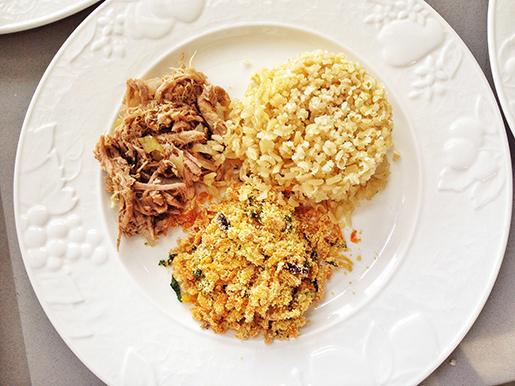 Pernil desfiado com cebolas caramelizadas no balsâmico, arroz e farofinha rica.