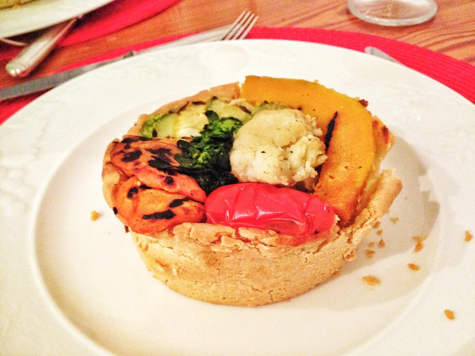 Torta rústica de vegetais:  vegetais tostados sobre creme de ricota e ervas frescas.