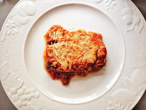 Lasagna de berinjelas e abobrinhas grelhadas, ricota temperada com pesto e muçarela ao molho de tomates caseiro