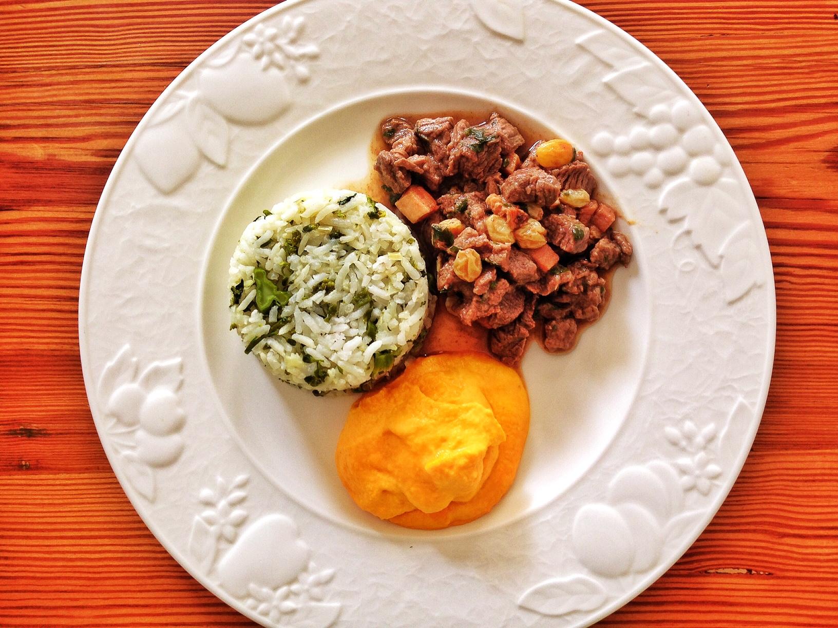 Picadinho Divino: picadinho de filé mignon com uvas passas + arroz de brócolis + purê de cenoura