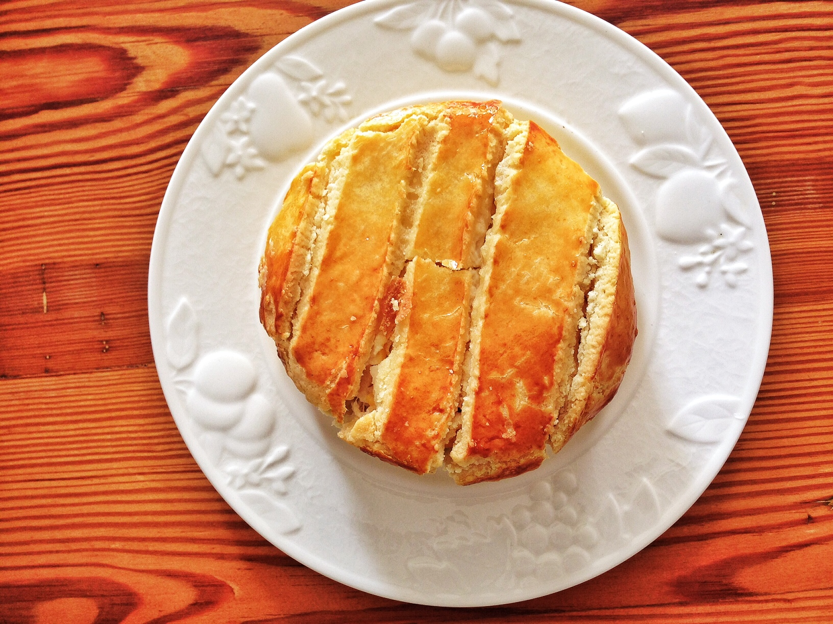 Torta rústica de frango: Torta de frango desfiado com legumes, coberta de creme de milho verde e massa que derrete na boca.