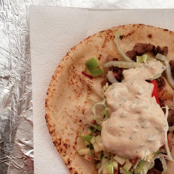 O doner kebab do Bergamota Café: cordeiro, saladinha, vinagrete de maçã verde e molho de tahine com menta. O HH acontece até umas 2.1h