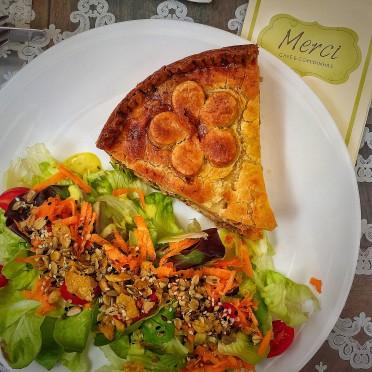Torta de frango com saladinha (R$24)