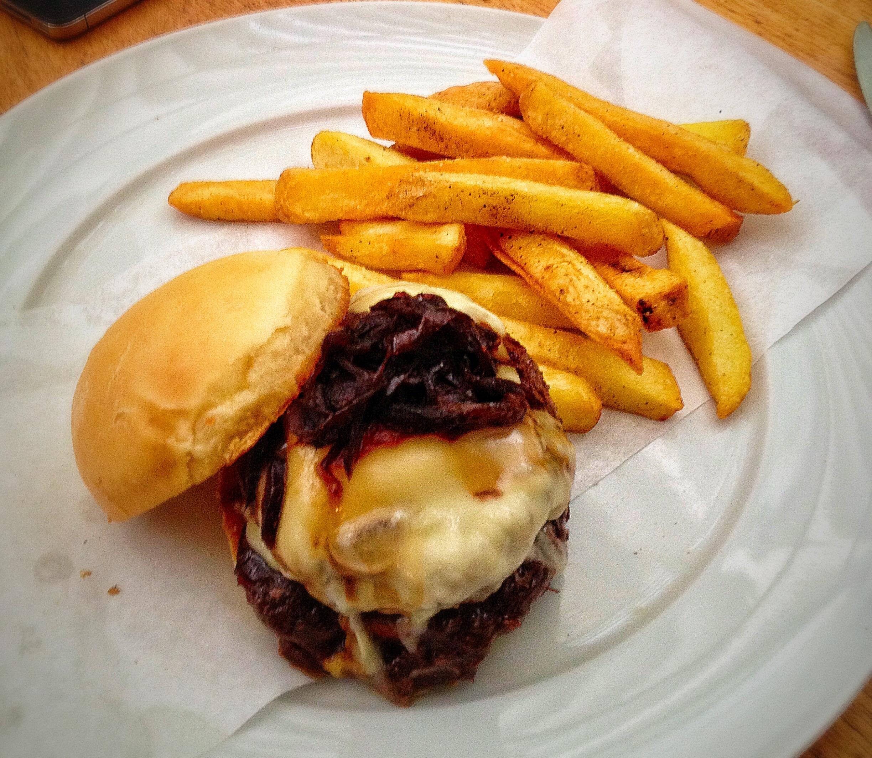 Irajá Burger: 100% black angus, minas padrão, cebola confit, compota de bacon, batatas fritas (R$ 62)
