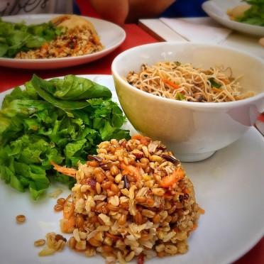 Salada de 07 grãos com cenoura e avelãs (acompanha folhas verdes também) + noodles com shitake, broto de feijão, ervilha torta, cenoura e gengibre