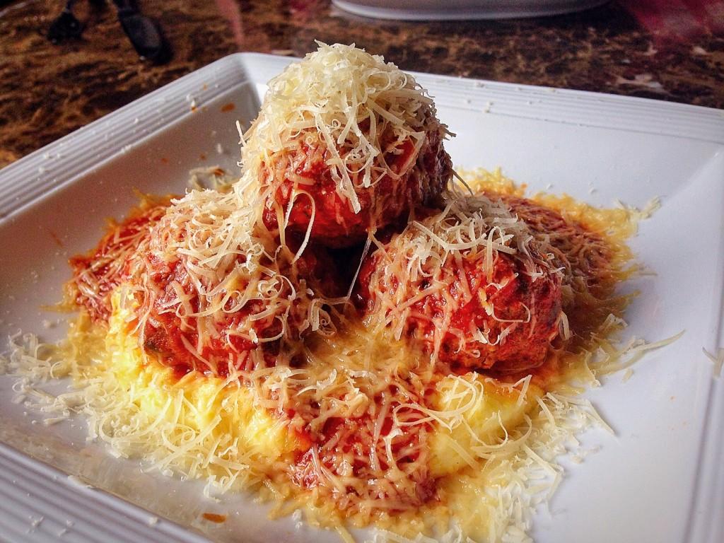 meatballs com molho de tomate, polenta e parmesão