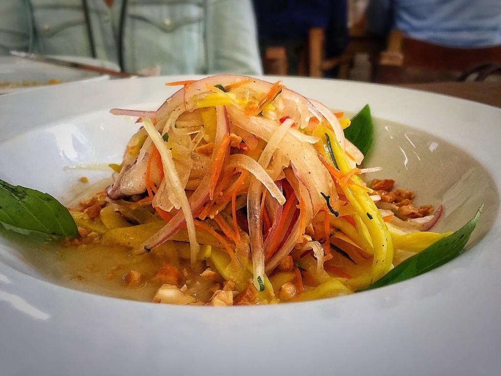 Ceviche Tibetano: camarões, lulas, polvo e mariscos, manga verde, ervas e molho cítrico.