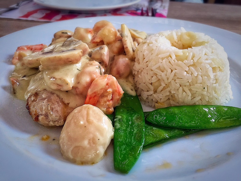 Pescado Vladi: peixe branco com camraões, cogumelos e vieiras com vinho branco, creme e estragão, acompanhado por arroz e milho (55 soles).