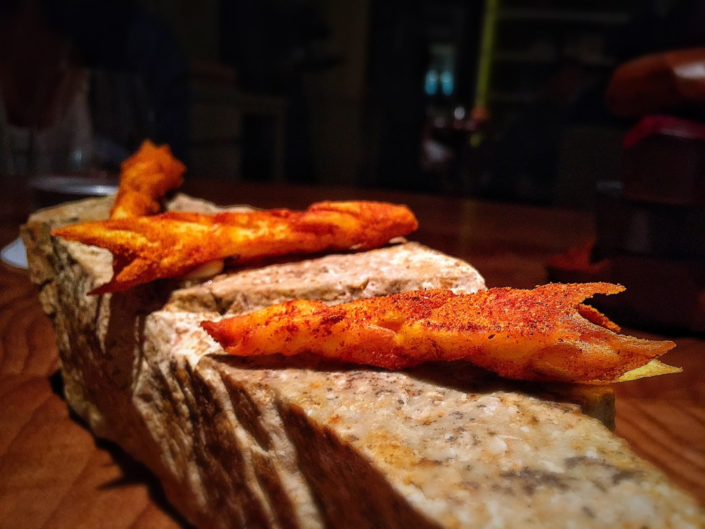 Rolinho de baroa com creme de alho e pimenta. Estava uma delícia, super crocante e bem apimentado!