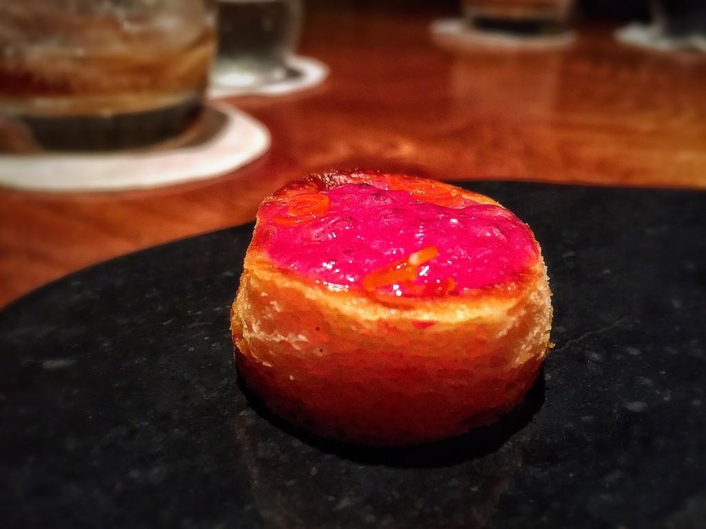 #06: Brioche com queijo e azeitona! Very tangy! Servido em uma pedra quente.
