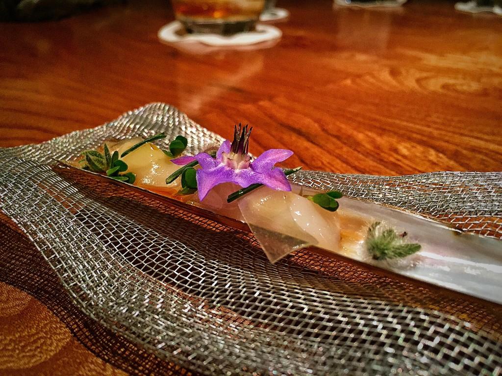 #09: Canudinho de frutos do mar com flores. O molho era meio agridoce, com um gosto meio defumado, bem gostoso.