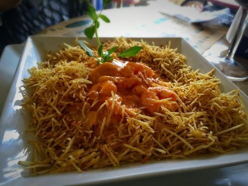 Estrogonofe de camarão, acompanhado por arroz branco e batata palha (R$40)