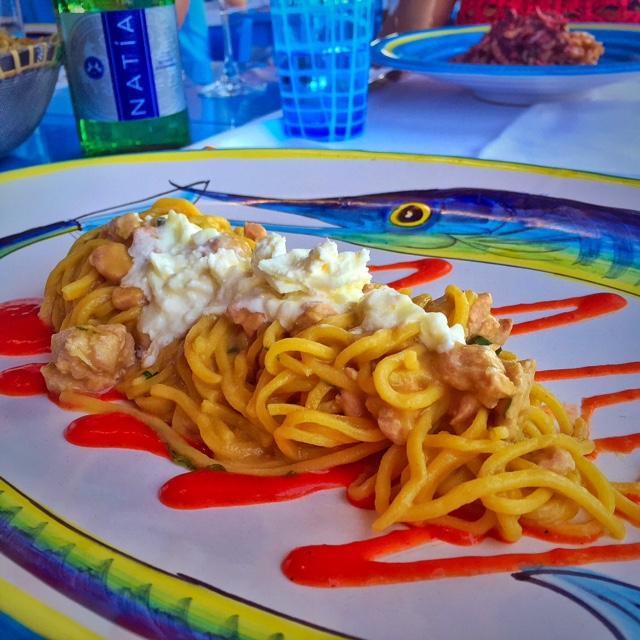 spaghetti com atum, burrata e molho de tomate