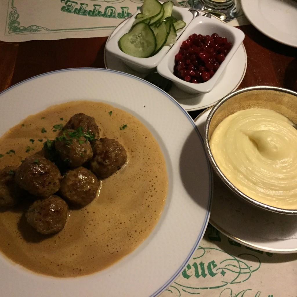 Swedish meatballs com purê de batatas, lingonberries e pepino em conserva