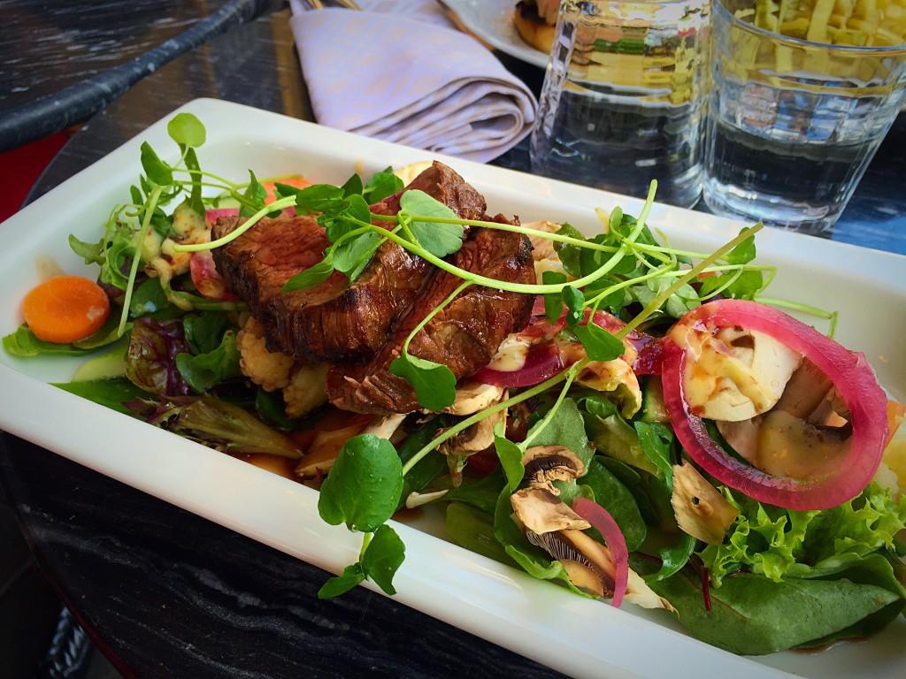 Salada de filé mignon com vinagrete de mostarda, mini ervilha torta, cebola roxa em conserva, tomate, cenoura, folhas verdes, couve flor e cogumelos.
