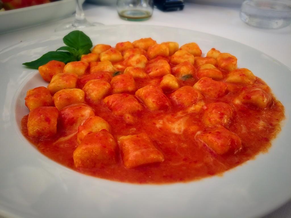 Nhoque simples mas delicioso com molho de tomate e manjericão!