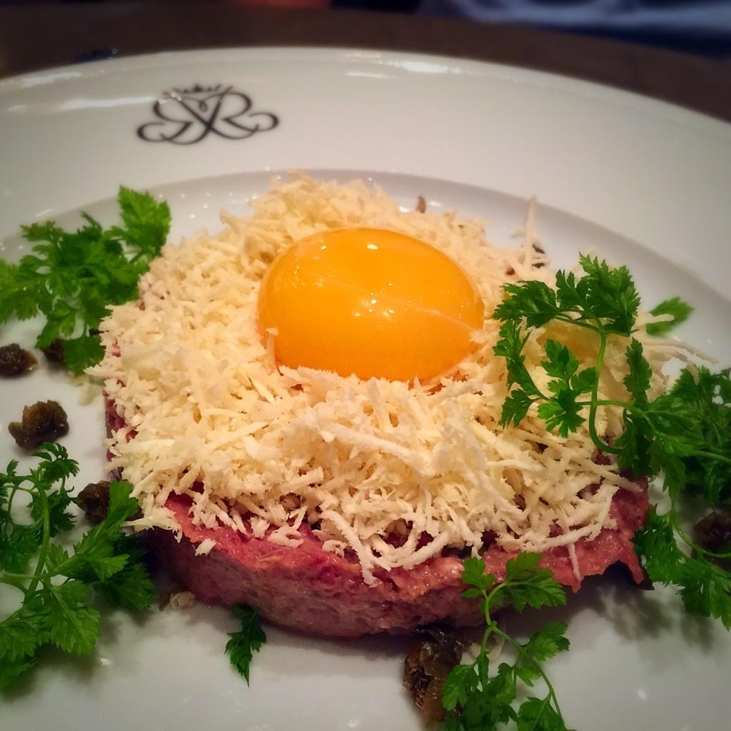 Steak tartar com raiz forte e ovo
