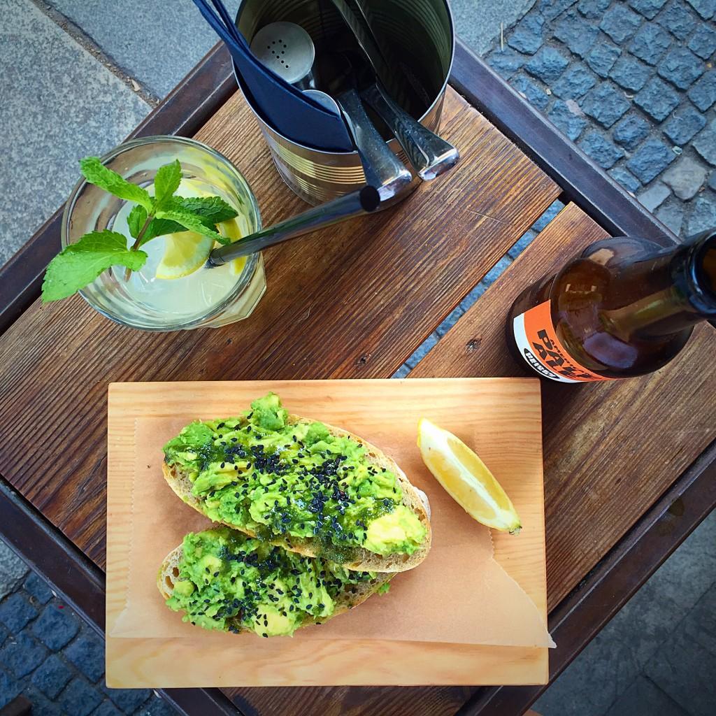 pré almoço: torrada sourdough com avocado, limonada caseira e cerveja