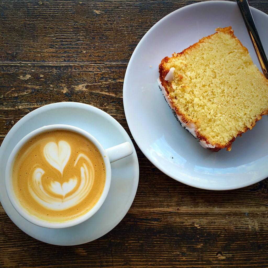 bolo de limão e cappuccino
