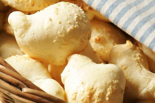 Pão de queijo na cesta