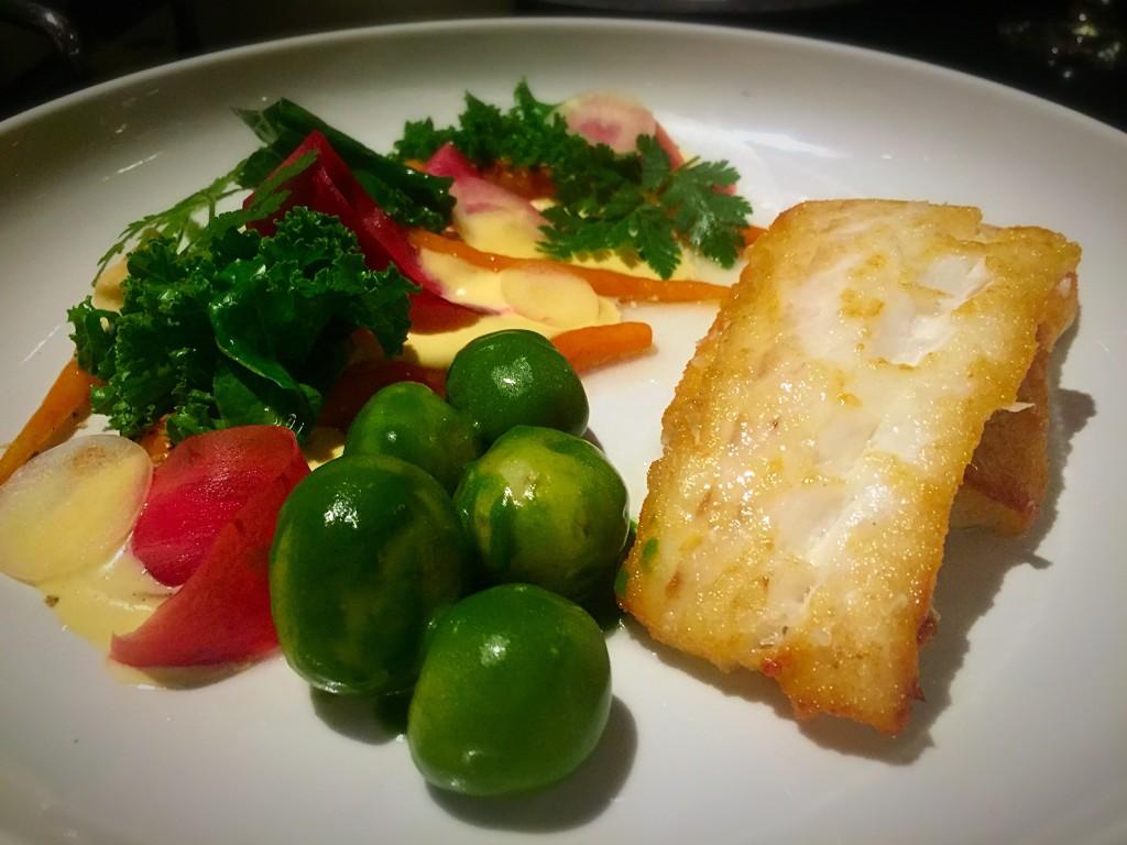 Pescada dourada e servida com cenouras, batatas com estragão, couve frisada, molho de raiiz forte, iogurte e sementes de girassol (250 DKK)