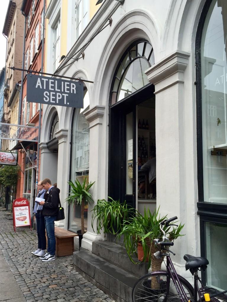 Fachada do restaurante Atelier September na rua Gothersgade