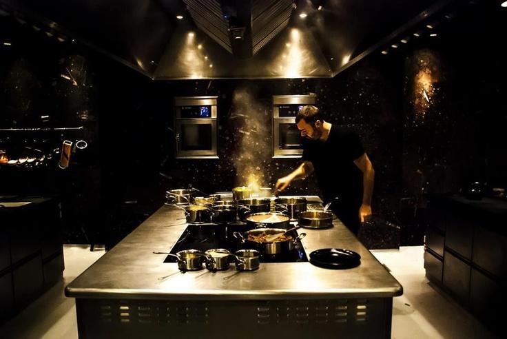 Cozinha aberta no meio do restaurante (Fonte: Pinterest - uploaded by user)