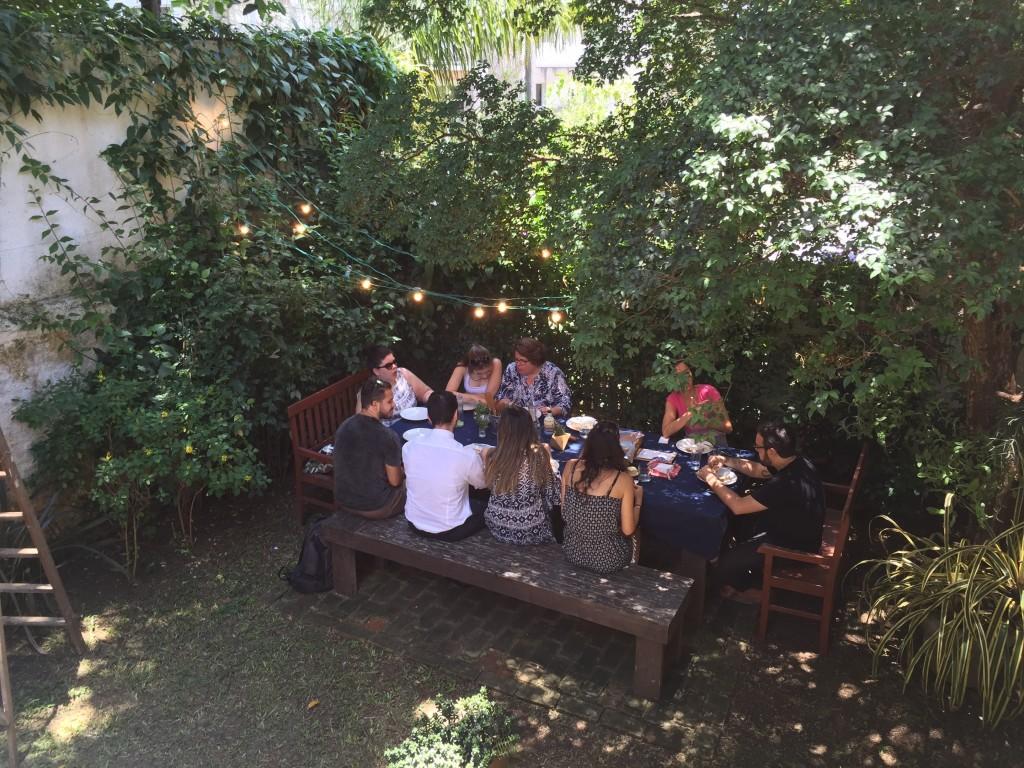 Olha que delícia! Almoço no quintal embaixo de uma jabuticabeira, ao ar livre em plena segunda-feira! Como não amar?