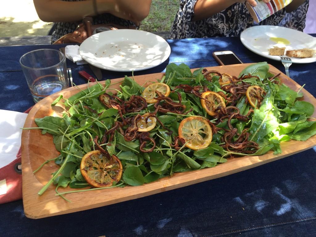 Salada de folhas amargas, orelha de porco crocante, vinagrete de mostarda escura.
