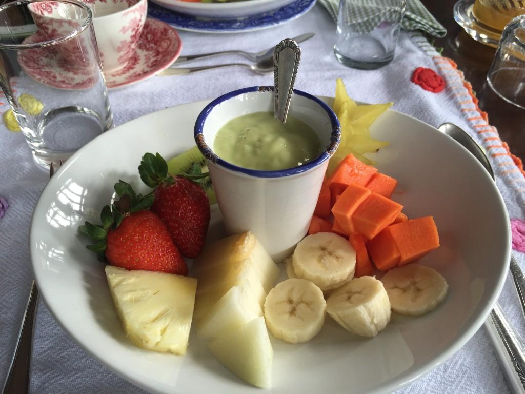 Frutas variadas com coquetel de abacate!
