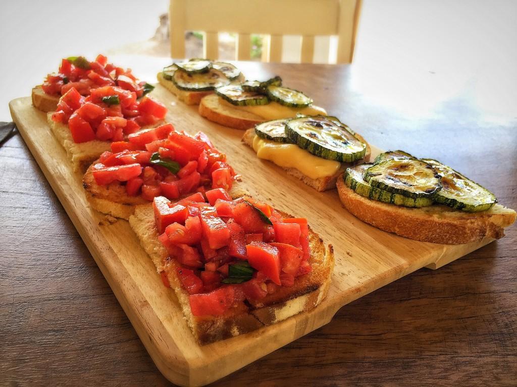 Bruschetta de tomate e de abobrinha com queijo