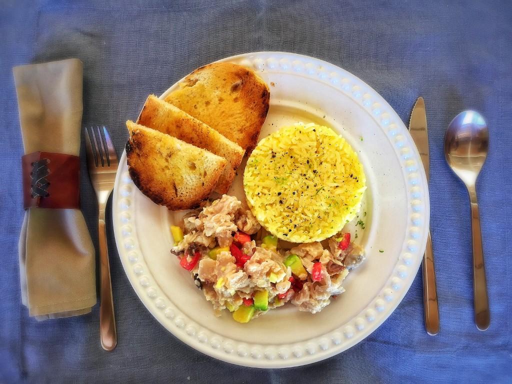 Almoço do dia: tartar de cavala com abacate, tomate, azeitona e alho poró, arroz de maracujá e pão grelhado com manteiga