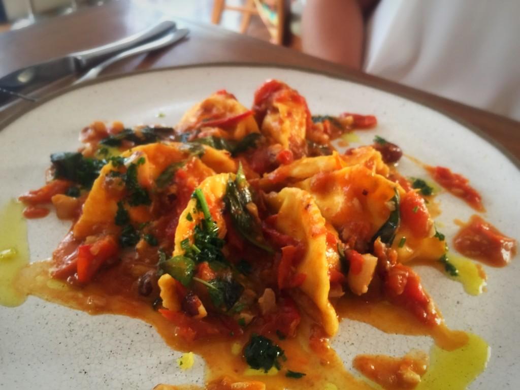Prato principal: Pastelini recheado com ricota de búfala, mini tomates doces, castanhas e manjericão (R$55)