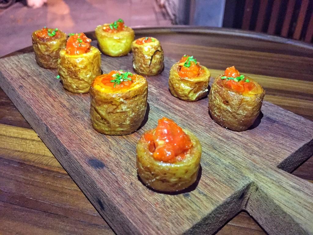 """""""bravas bravíssimas"""" - batatas crocantes com molho de tomate caseiro e ragú de chorizo espanhol"""