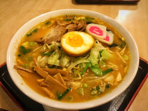 Chashu Tonkotsu (R$17), com carne suína, legumes, bambu, nori e ovo - pedimos naruto como um extra!