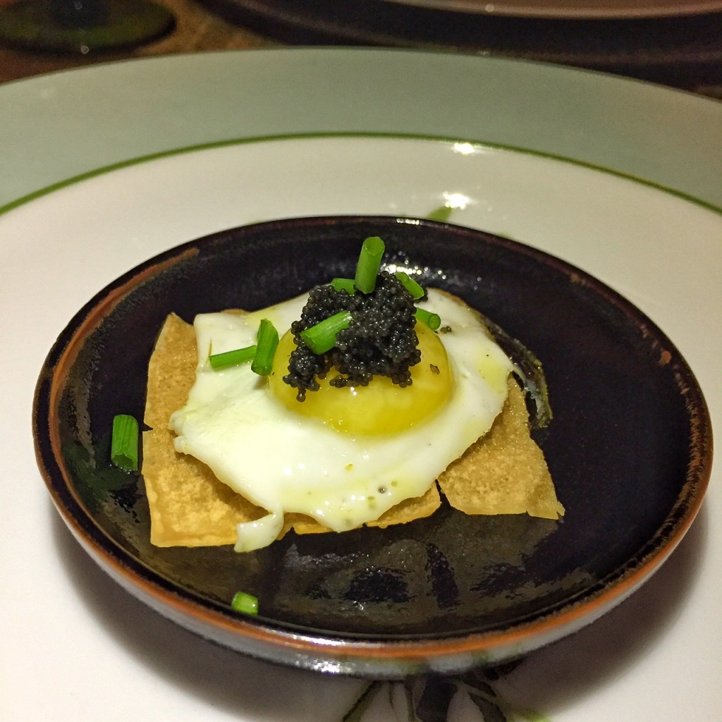 crispy de wonton com ovo de codorna, ovas e ciboulette