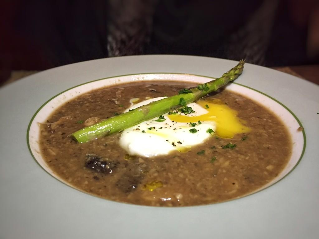 sopa de cogumelos trufado com aspargos e ovo poché