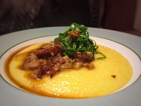 ragu de leitoa com polenta cremosa, couve e bacon crocante