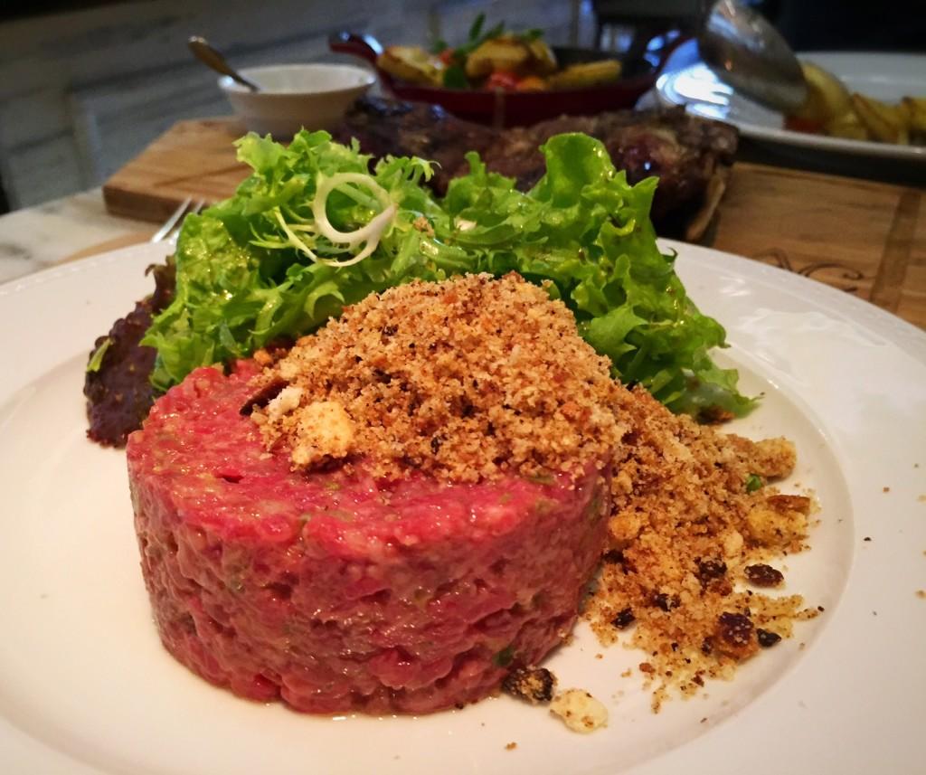 Steak tartare de patinho, com salada de folhas verdes e farofa de pão toscano (R$42)